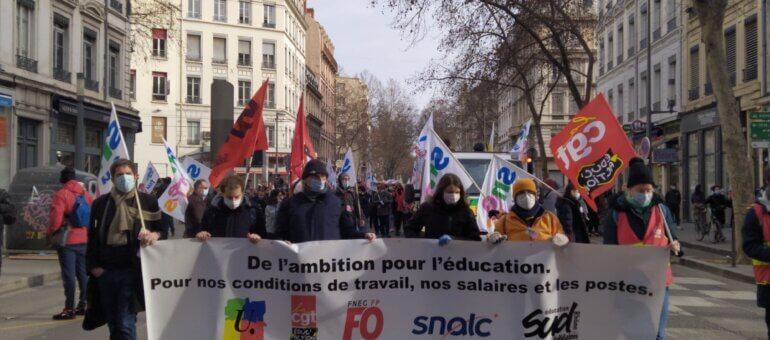 Dans la rue à Lyon, des profs et personnels d'éducation à bout