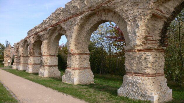 Aqueduc du Gier - Chaponost - Arches après rénovation 2009-2010 Arnaud Fafournoux, CC BY-SA 3.0 via Wikimedia Commons