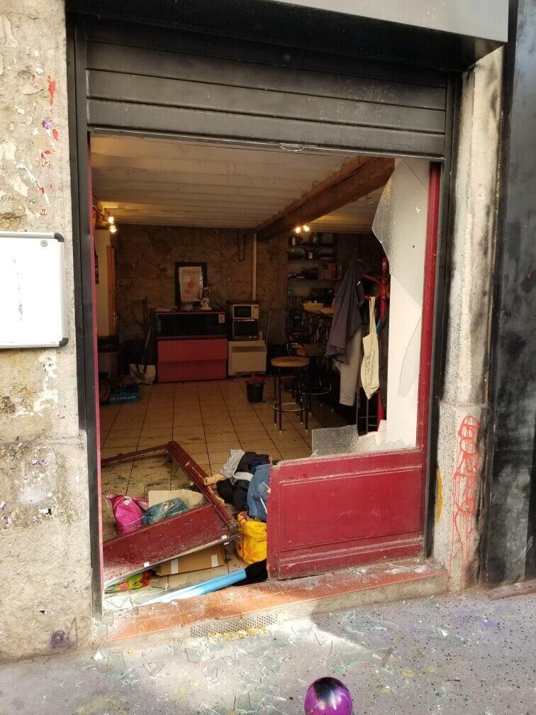 Sur les trois vitrines de la librairie libertaire, un a été totalement explosée à la suite de l'attaque de l'extrême droite radicale. DR