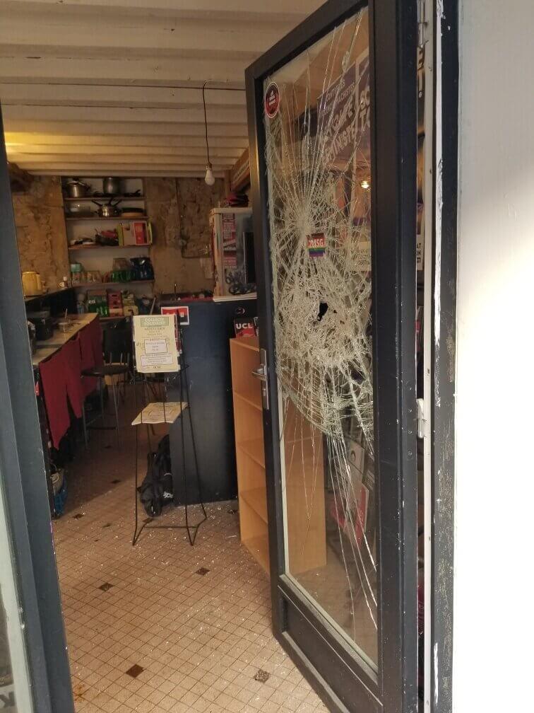 La porte vitrée de la librairie libertaire, après l'attaque de l'extrême droite radicale. DR