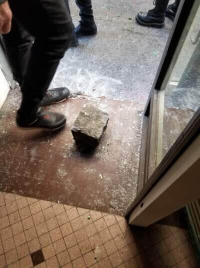 Un des pavés retrouvés dans la librairie libertaire des Pentes de la Croix-Rousse, après l'attaque de l'extrême droite radicale. DR