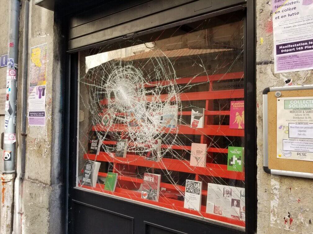 Une des trois vitrines de la librairie libertaines des Pentes de la Croix-Rousse après l'attaque de ce samedi 20 mars. La vitrine a été changée en 2016 après (déjà) une attaque de l'extrême droite radicale. Elle a tenu le choc DR