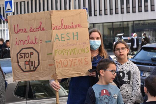 Nellie, maman et AESH au rassemblement de soutien aux AESH du 24/03/21 devant la Direction des Services Départementaux de l'Éducation nationale du Rhône. ©LS/Rue89Lyon