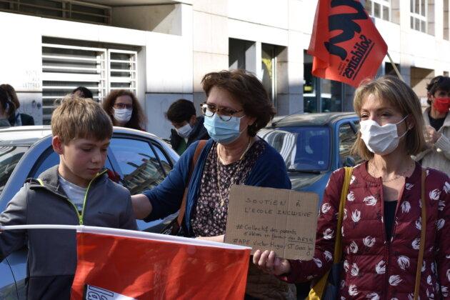 Gaëlle Pottiau (à droite), l'AESH de son fils et son fils, au rassemblement de soutien aux AESH du 24/03/21 devant la Direction des Services Départementaux de l'Éducation nationale du Rhône. ©LS/Rue89Lyon