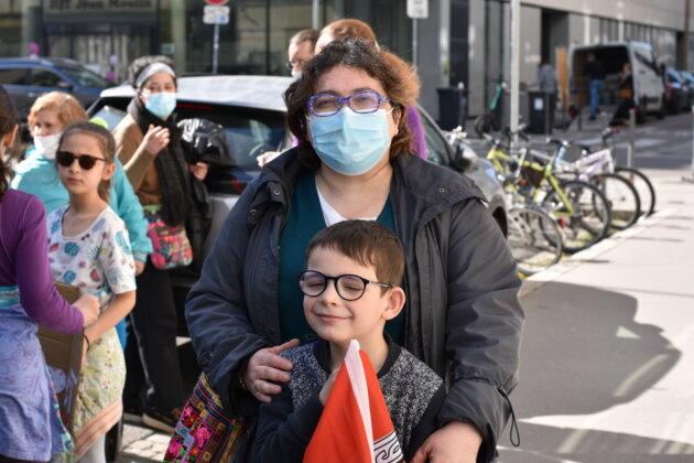 Laëtitia Vuillaume-Philippe et son fils au rassemblement de soutien aux AESH du 24/03/21 devant la Direction des Services Départementaux de l'Éducation nationale du Rhône. ©LS/Rue89Lyon