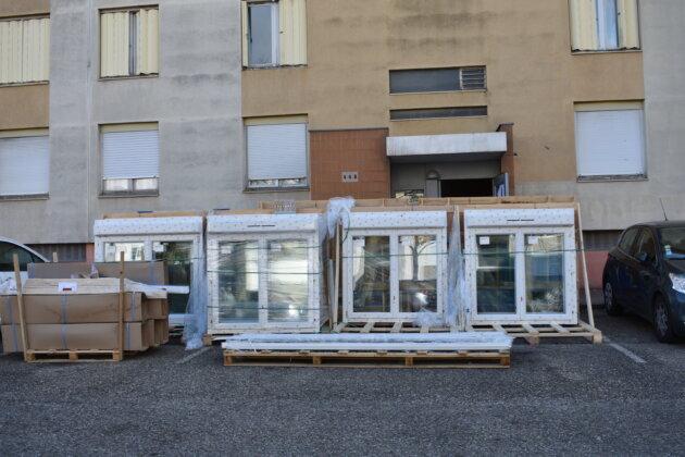 Devant le 448, de nouvelles fenêtres attendent d'être posées. ©LS/Rue89Lyon