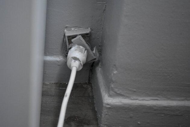 Une prise de courant mal en point, chez Sarah. ©LS/Rue89Lyon