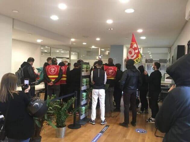 La CGT UberEats/Deliveroo Lyon au siège d'Uber, le 5 mars dernier pour demander le déblocage d'une trentaine de livreurs.