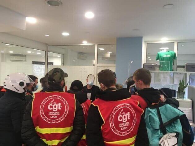 La CGT UberEats/Deliveroo Lyon au siège d'Uber, le 5 mars dernier pour demander le déblocage d'une trentaine de livreurs. Deux visages ont été anonymisés.