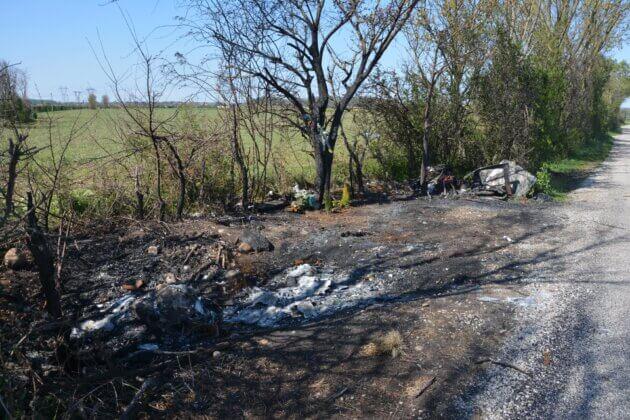 Les dernières traces de l'incendie d'une camionnette, à Meyzieu.