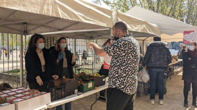 Farid Nasri qui vante les mérites des bénévoles présentes à la distribution alimentaire pour les étudiants. ©LS/Rue89Lyon
