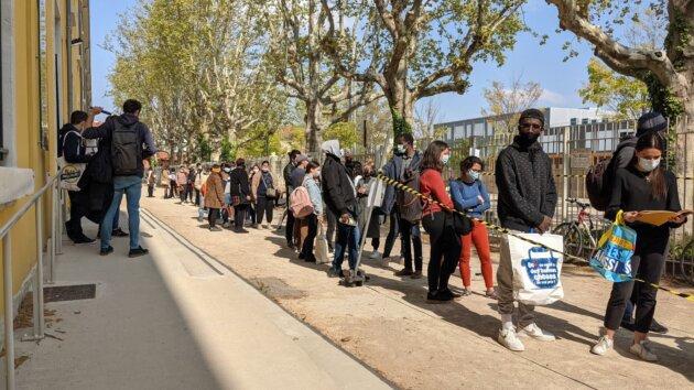La longue attente des étudiants pour récupérer des denrées alimentaires, à Lyon 7 ©LS/Rue89Lyon