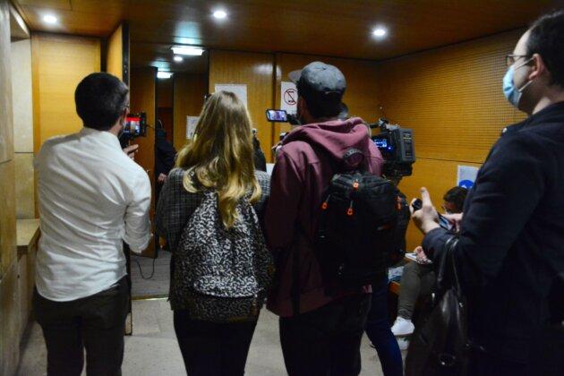 Les prévenus étaient attendus par une vingtaine de journalistes.
