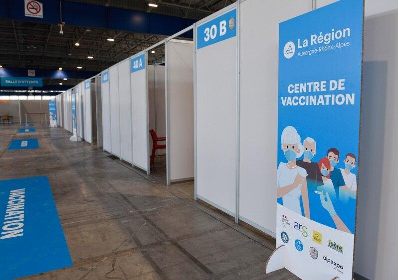 La signalétique devant un centre de vaccination, avec le logo large de la Région et ceux, minuscules, des partenaires. DR