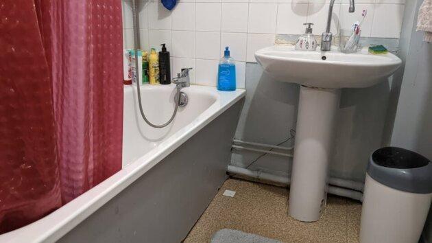 La baignoire de Martine et Ben, qu'ils ont du mal à enjamber.