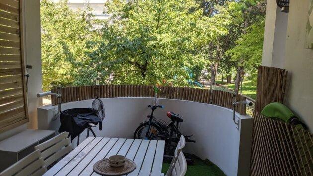 Le balcon de Sofiane* et Sarah* dans le quartier de la Sauvegarde.