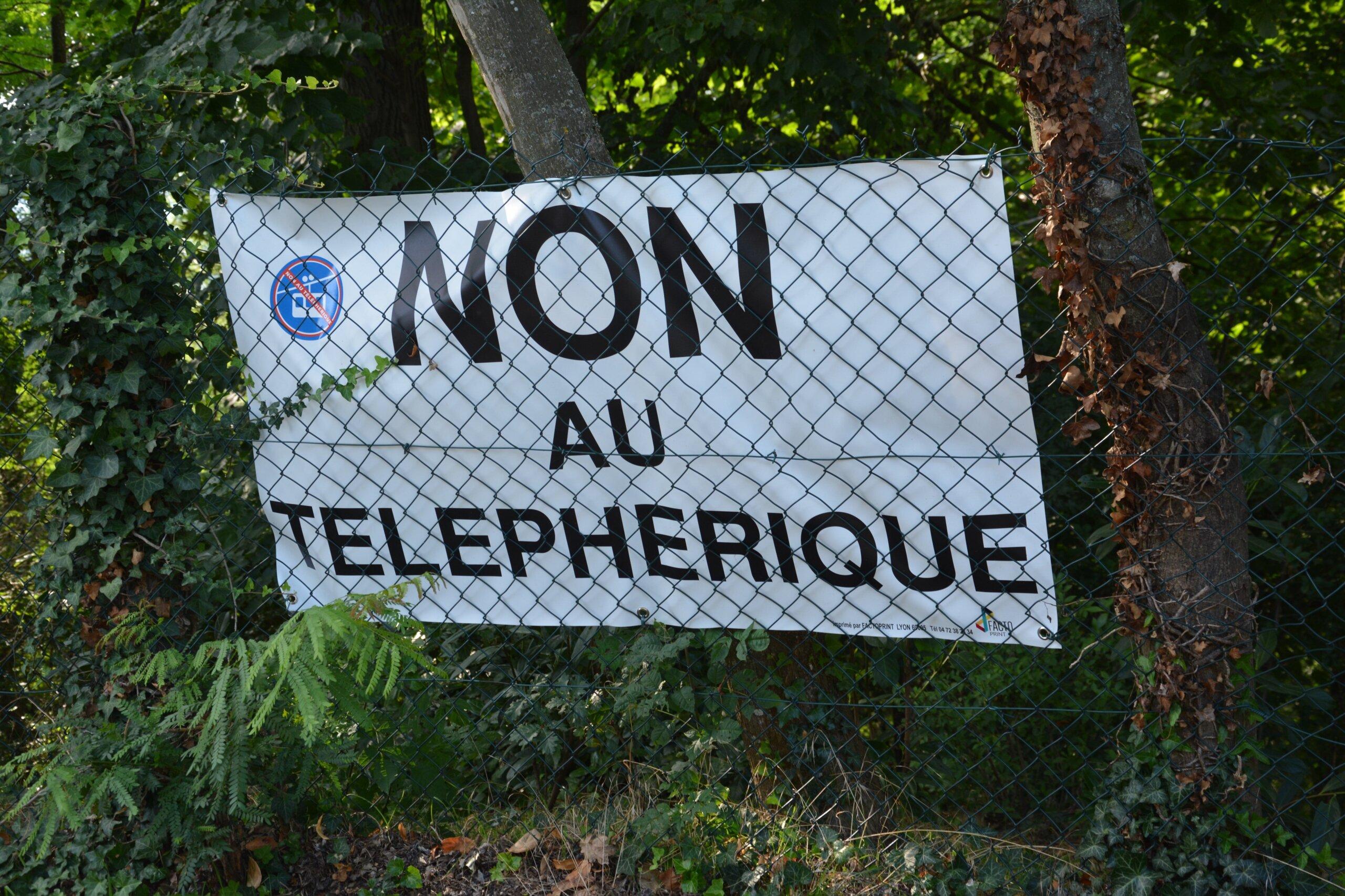 Des habitants de Sainte-Foy-Lès-Lyon pointent les potentiels dégâts environnementaux du projet de téléphérique.