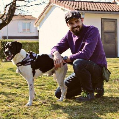 Romain Jarjaval, en charge de la détection canine des punaises de lit pour la société Côtière Hygiène Assainissement, avec son chien Pexel.