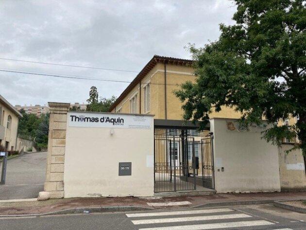 L'entrée du collège-lycée Saint-Thomas-d'Aquin, dit Saint-Thom, à Oullins. Juillet 2021. Crédit : DD/Rue89Lyon.