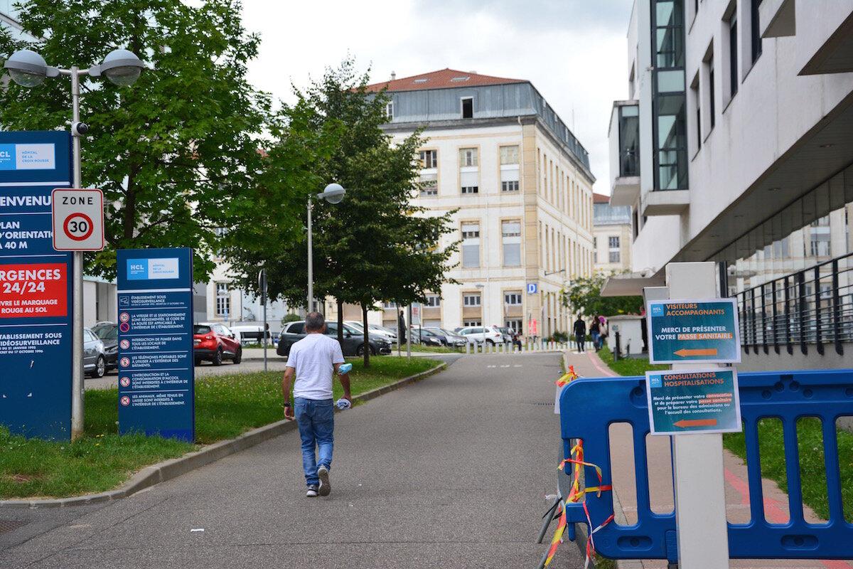 Le pass sanitaire pourrait engendrer des difficultés importantes pour les plus fragiles notamment sur l'accès aux soins à Lyon.
