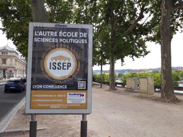 Pub Issep Lyon école extrême droite JC Decaux