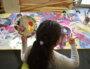 """Une résidente participe à l'atelier """"mains"""" à l'ancien hôpital Charial de Francheville. ©LS/Rue89Lyon"""